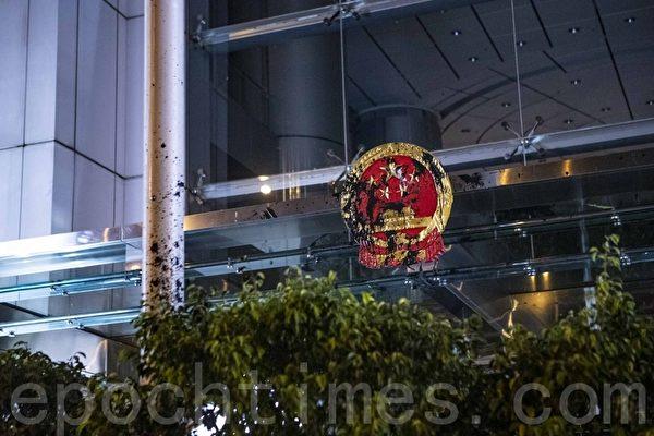 圖為2019年返送中運動期間,香港中聯辦外被示威者噴黑的國徽標誌。(藍天/大紀元)