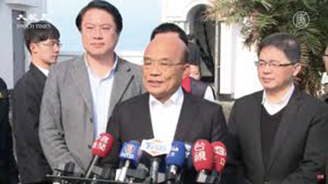 台行政院長蘇貞昌(前排中)說明紓困政策進度,台灣本周將有90萬人陸續領到現金。(新唐人)