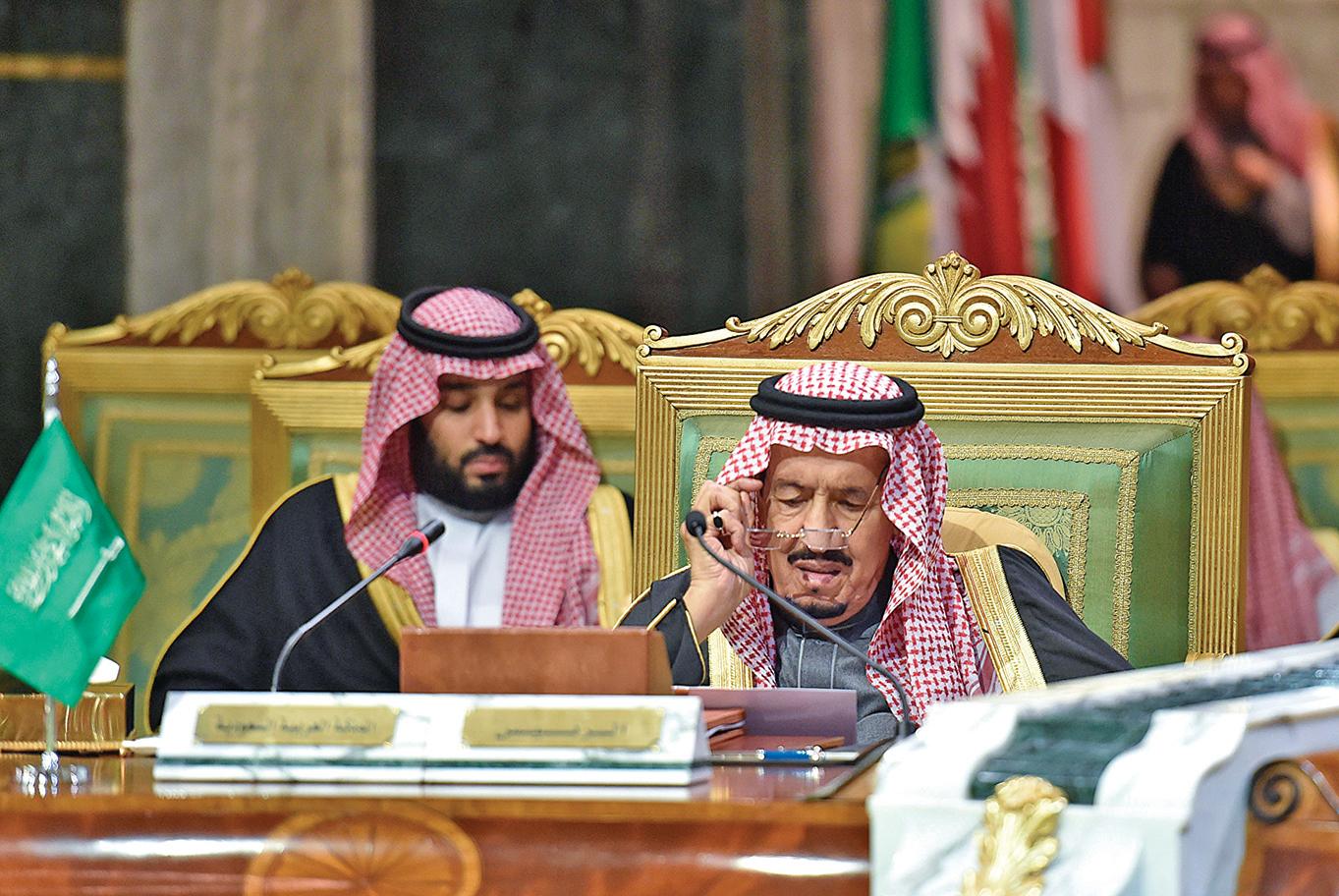 中共病毒攻入沙特阿拉伯王室,150名王室成員染病。圖為2019年,沙特國王薩勒曼(右)和王儲穆罕默德•本•薩勒曼參加一次會議。(AFP)