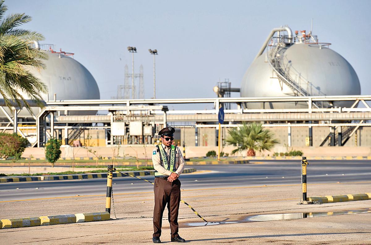 沙特是全球第一大石油出口國,中國,則是世界上最大的石油進口國,彼此各取己需,利益相關。圖為2019年9月在沙特阿拉伯的阿布凱克石油加工廠。(Getty Images)