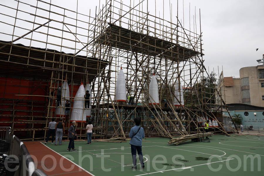 長洲太平清醮值理會副主席何麗安稱,今年因「限聚令」的安排,三座包山高約15呎,只需4名工作人員便可將其吊起。(陳仲明/大紀元)