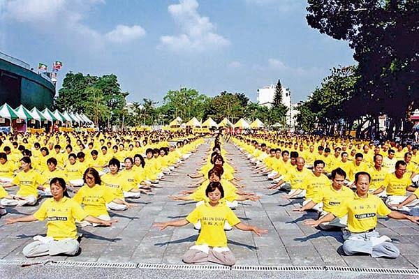 2004年9月25日體育節,台南市體育委員會特別邀請當地法輪功學員,以「千人功法演示」作為開場的節目。(明慧網)