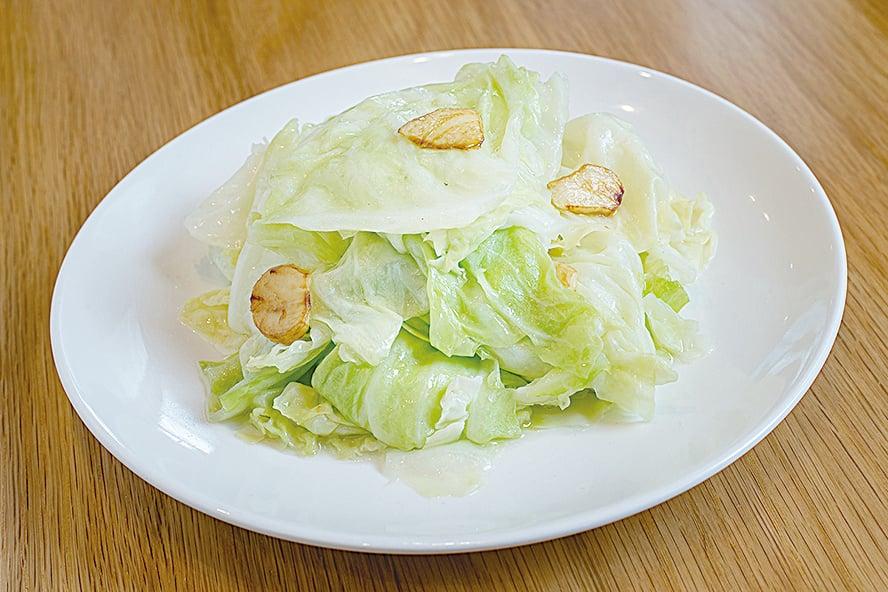 用椰菜減肥的方法是,每日三餐前先吃1/6顆椰菜,並花時間仔細咀嚼。