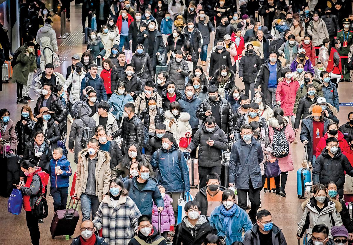 國際媒體紛紛報道,因為中共當局隱瞞資訊,才造成中共肺炎在全球蔓延。圖為中國民眾為避免感染中共病毒(武漢肺炎),人人戴口罩自保。 (Kevin Frayer/Getty Images)