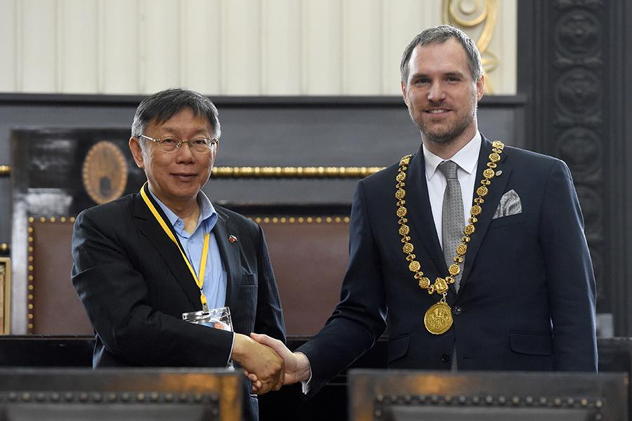 捷克首都布拉格於今年1月13日,正式與台北市締結姐妹市關係,同時解除上海和布拉格的姐妹市關係,震驚全歐洲。圖為布拉格市長賀瑞普(ZdenekHrib)和台北市柯文哲市長於布拉格舊市政廳內簽署協議,以促進兩市之間的雙邊貿易、旅遊、文化和教育交流。(MICHAL CIZEK/AFP via Getty Images)