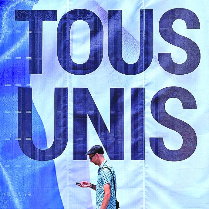 法國尼斯恐襲後,當地懸起寫有「全體團結」的巨幅標語。(AFP/Getty Images)