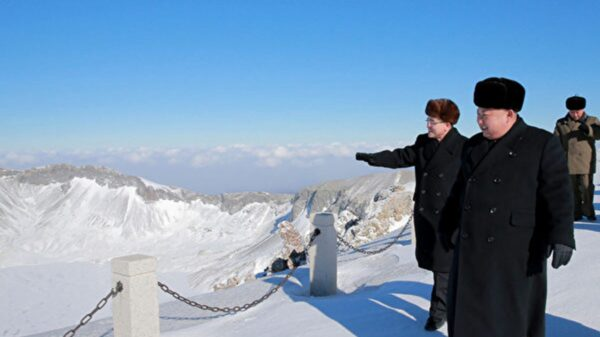 圖為金正恩在2017年12月登上白頭山山頂。(KCNA VIS KNS/AFP)
