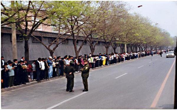 1999年4月25日,一萬餘名法輪功學員來到中南海旁邊的國務院信訪辦和平上訪,要求當局給予一個合法的自由煉功環境。(明慧網)