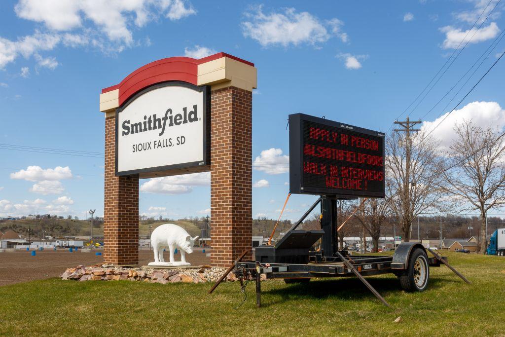 2013年被香港萬州國際全資收購的全球最大豬肉加工企業史密斯菲爾德(Smithfield Foods),其位於南達科他州Sioux Falls市的工廠因989人感染中共病毒,暫時無限期關閉。圖為2020年4月21日的南達科他州Smithfield Foods豬肉加工廠入口處標誌。(KEREM YUCEL/AFP via Getty Images)