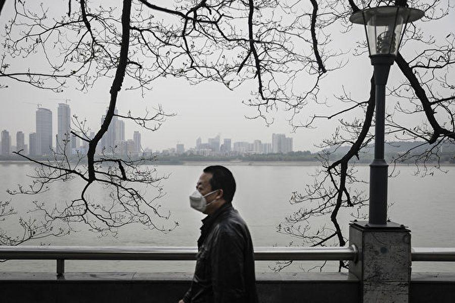 圖為2020年4月21日在疫情籠罩下的武漢長江沿岸。(Getty Images)