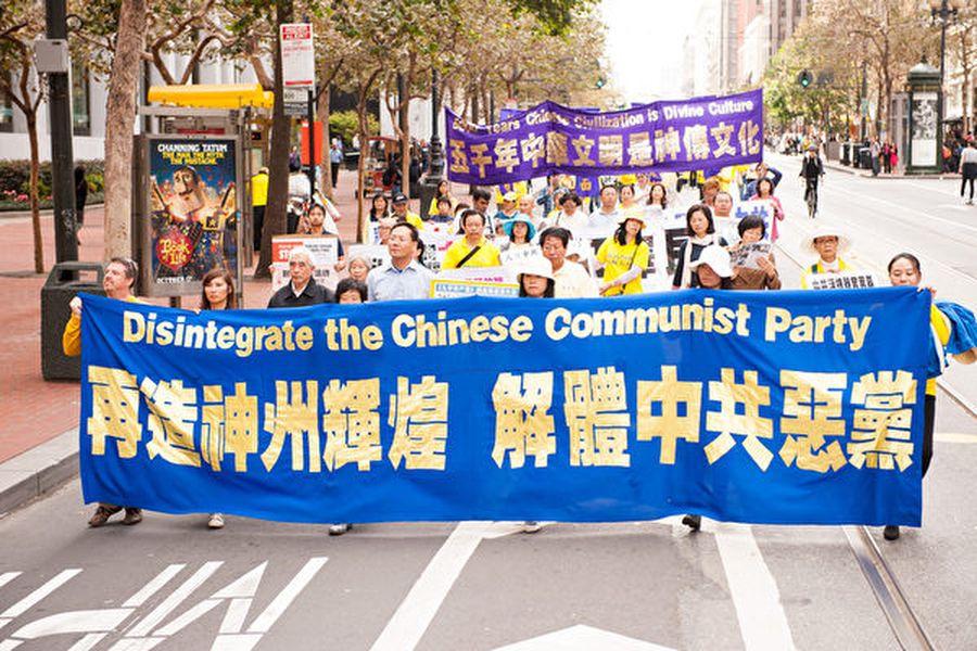 《九評共產黨》發表十周年,引發中國人退出中共黨團隊三退大潮,如今三退大潮正在以每天10多萬人的加速解體中共。(戴兵/大紀元)