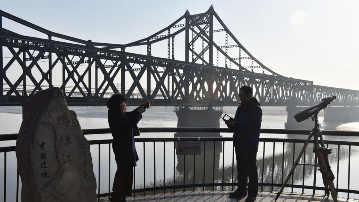 圖為連接中朝邊境的大橋。(GREG BAKER/AFP via Getty Images)