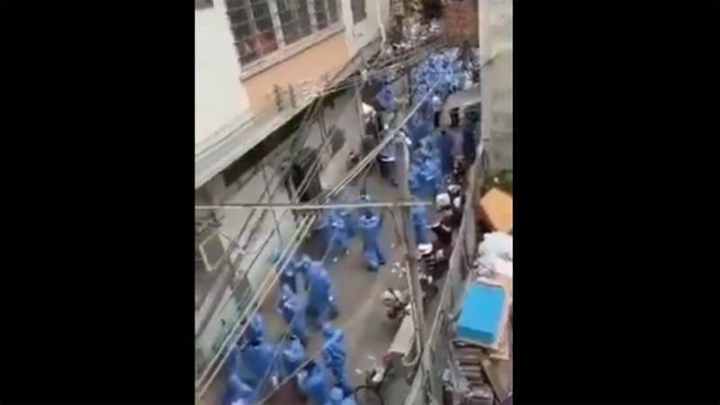 網傳據稱是廣州大批官方人員身穿防護服進社區的「大場面」,網友懷疑當地疫情嚴重。(影片截圖)