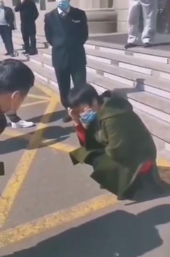 近日,各地原油寶受害者開始到各地中國銀行門口維權抗議。圖為:一名原油寶受害者因虧損近千萬哭暈在哈爾濱一家中國銀行門口。(大紀元資料室)