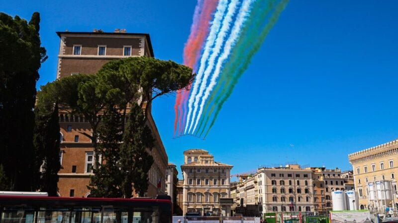 今年是意大利二戰中終結束被佔領時期的75周年,空軍飛機噴出國旗三色,在羅馬上空飛行紀念。(TIZIANA FABI/AFP via Getty Images)