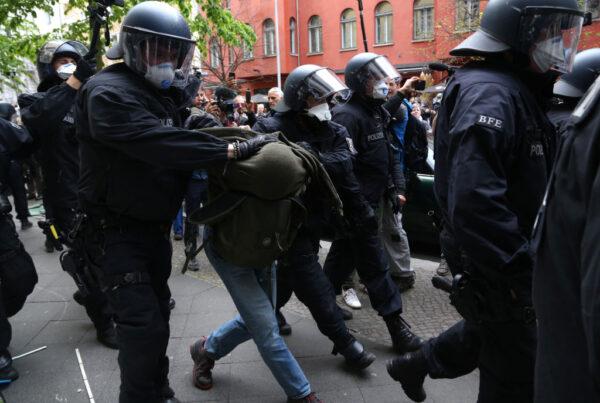 德國首都柏林25日再次有民眾無視封城令上街示威。(Adam Berry/Getty Images)