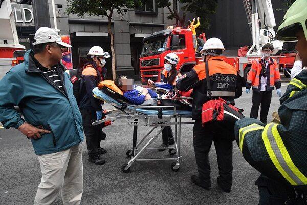 台北市林森北路錢櫃KTV26日上午驚傳火警,台北市消防局派53車139人馳援,並陸續救出民眾送醫。(中央社)
