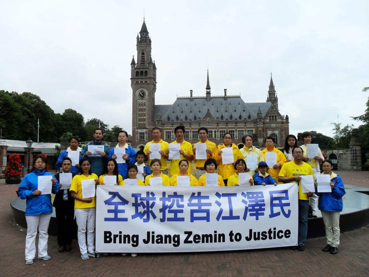 歐洲部分法輪功學員舉行聲援訴江活動。(明慧網)