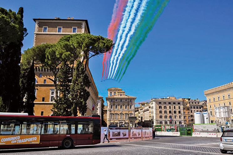 今年是意大利二戰終結被佔領的75周年,空軍飛機噴出國旗三色,在羅馬上空飛行紀念。(AFP)
