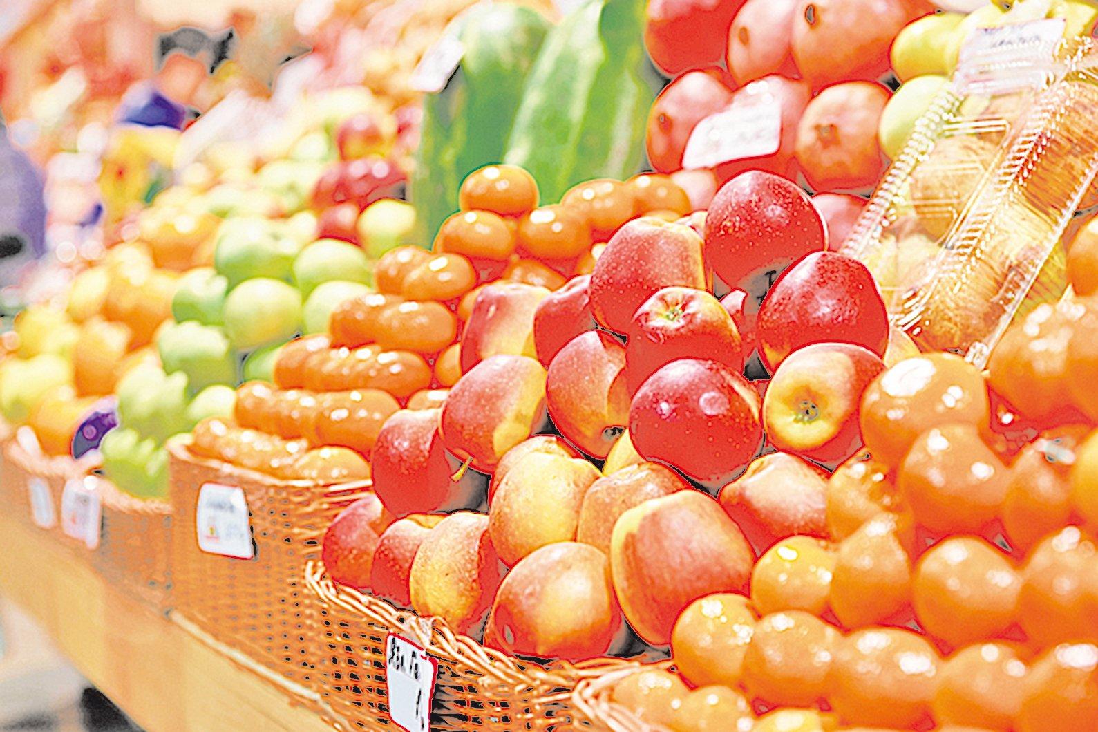 到超市採買水果時,可優先選擇營養豐富,且保存期限長的水果。