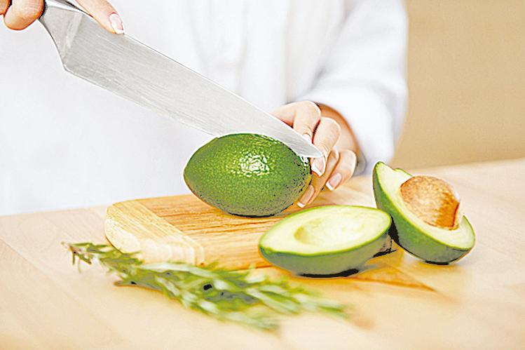 如果成熟的牛油果吃不完,可以趕緊去皮去籽,切成小塊裝在保鮮盒裏放入冷凍室。