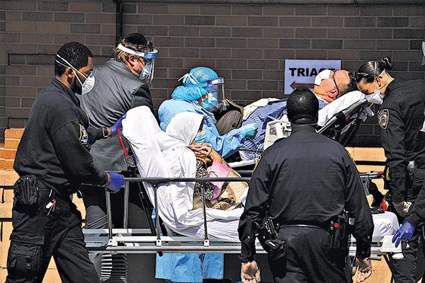 4月16日,紐約布魯克林邁蒙尼德醫療中心(Maimonides Medical Center)等待入院的染疫病人。(Getty Images)