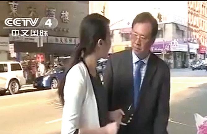 u2014年,鄭時甘(右)在紐約接受中共央視記者採訪,凸顯其在中共眼中的「地位」。(視頻截圖)