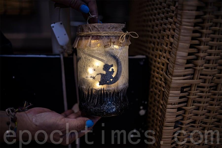 溫馨的舊玻璃樽燈箱。(陳仲明/大紀元)