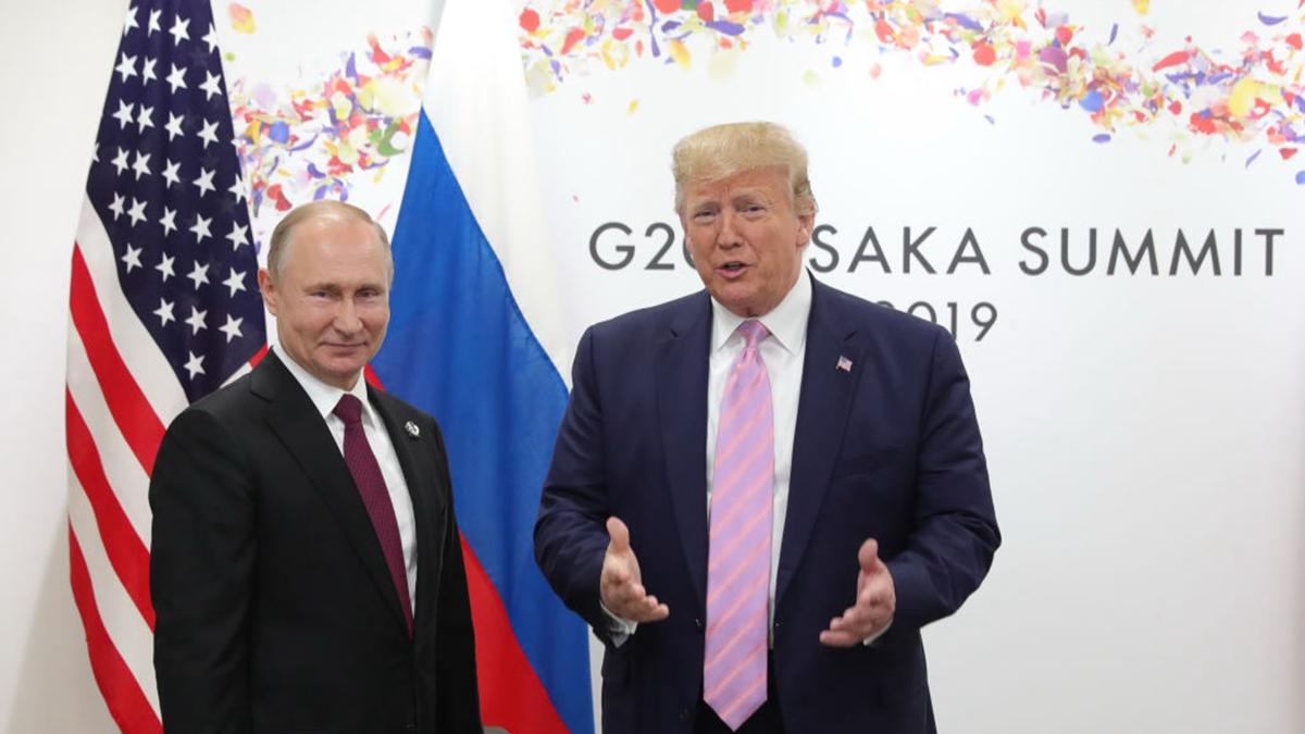 圖為2019年6月28日,特朗普(右)和普京(左)在日本G20峰會上合照。(MIKHAIL KLIMENTYEV/AFP via Getty Images)