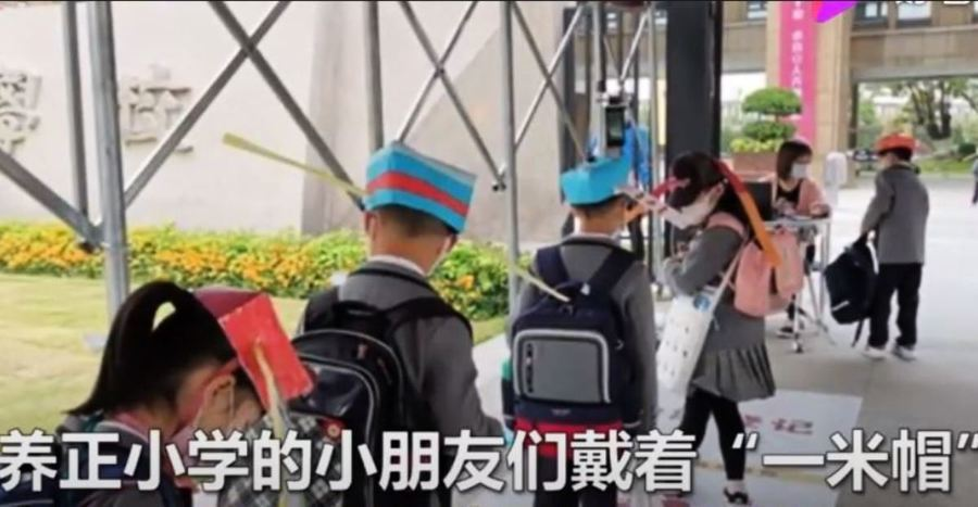 杭州小學生開學戴「一米帽」防疫  網絡洗板