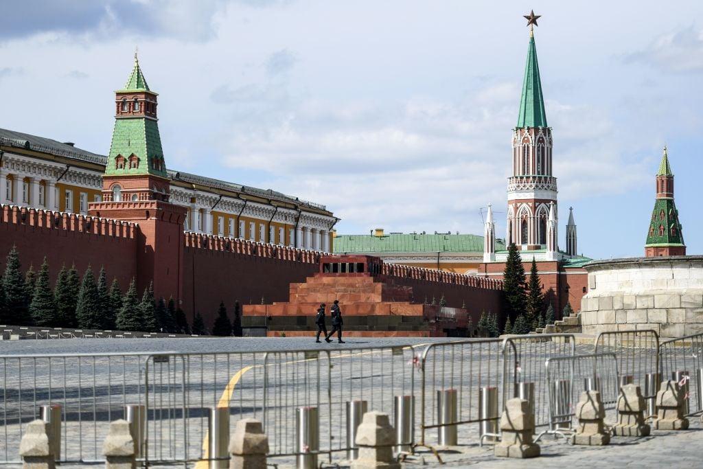 2020年4月26日,俄羅斯進行嚴格封鎖期間,警察在莫斯科市中心空蕩蕩的紅場上巡邏。(KIRILL KUDRYAVTSEV/AFP via Getty Images)