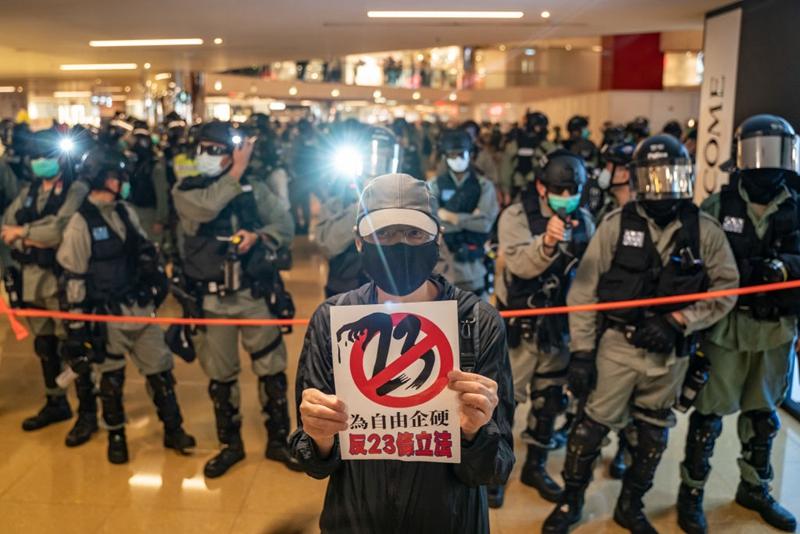 4月26日傍晚,香港民眾在太古城中心舉行抗議活動,反對23條立法。 (Anthony Kwan/Getty Images)
