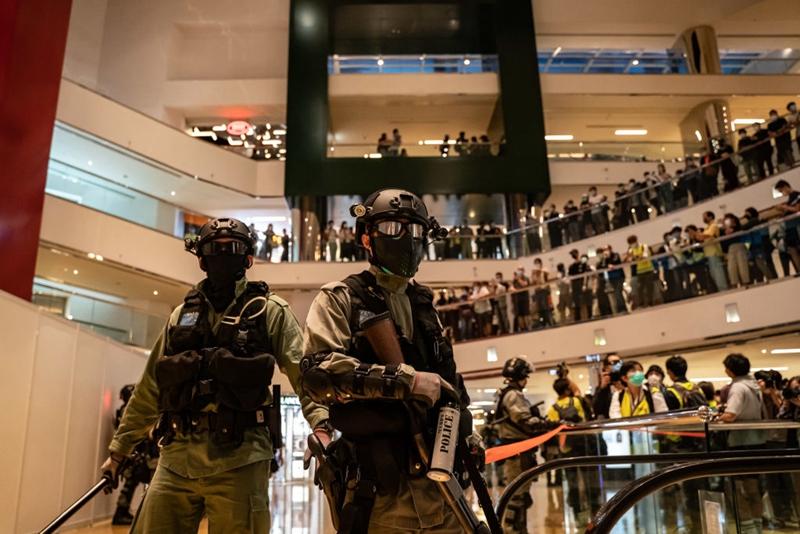 4月26日,港人在太古中心商場舉行抗議活動。遭大批港警暴力驅散。(Anthony Kwan/Getty Images)