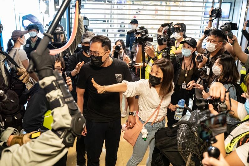 太古城商場,一對年輕夫婦與警方對峙。 (Anthony Kwan/Getty Images)
