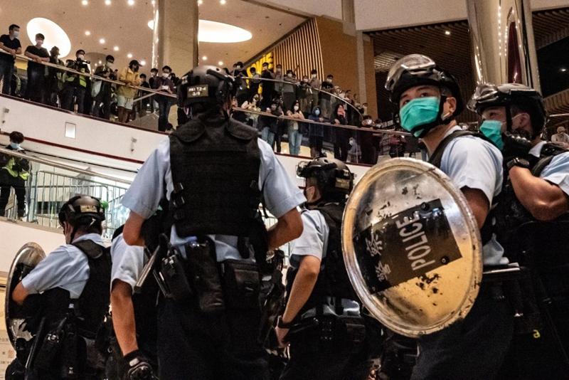 大批港警衝入泰國菜商城,驅散抗議民眾。 (Anthony Kwan/Getty Images)