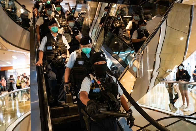大批港警衝入太古城商場,驅散抗議民眾。(Anthony Kwan/Getty Images)