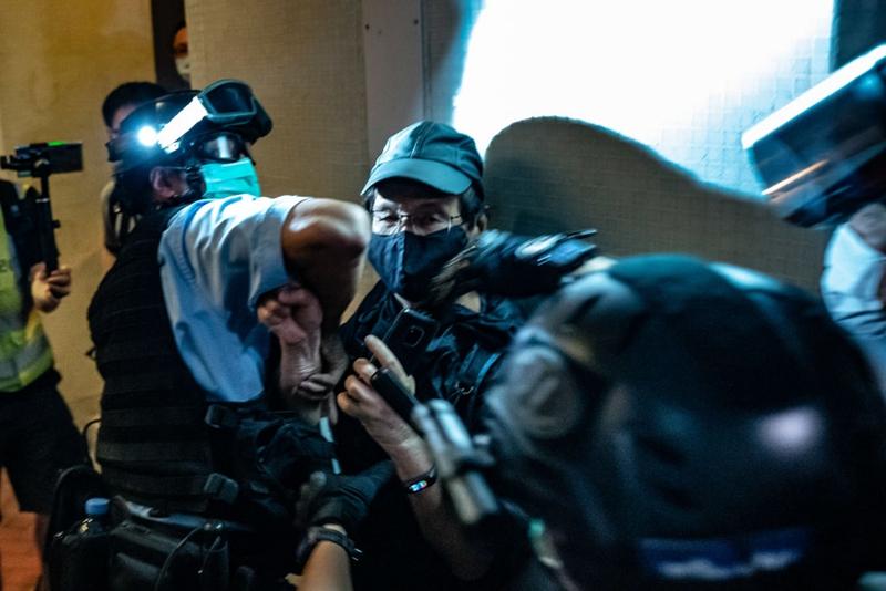 有抗議民眾被警方暴力制服。(Anthony Kwan/Getty Images)