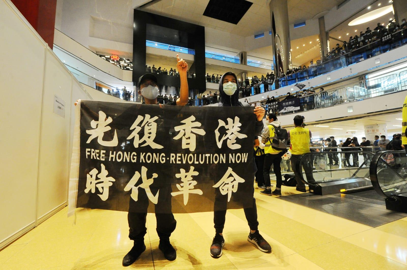 有網民昨日在太古城中心發起「太古城中心 願榮光歸香港 重演千人大合唱」行動,有市民舉「光復香港」旗幟並高唱《願榮光歸香港》。(宋碧龍/大紀元)