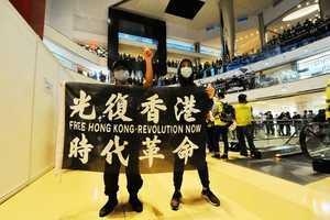 警闖商場驅太古城「和你唱」  趙家賢助手疑被警方推倒後送院