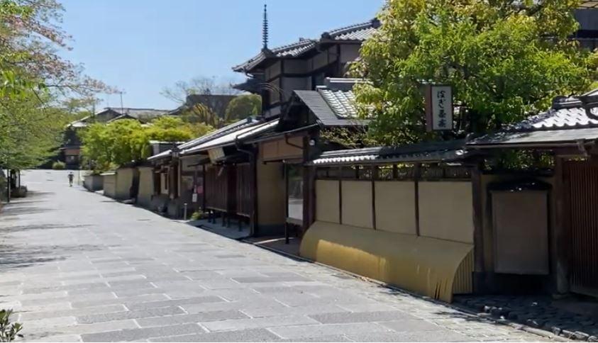 疫情下,日本進入12連休長假,不過政府要求民眾禁足在家,減少外出。外面春光明媚,大好時光,被關在家中,猶如殘酷的懲罰。圖為4月25日黃金周初日京都清水寺一帶。(影片截圖)