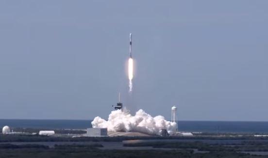 SpaceX創始人馬斯克的「星鏈」,計劃在2027年前發射上萬顆低軌道衛星,無死角覆蓋地球,利用衛星取代傳統的地面通信設施。。(影片截圖)