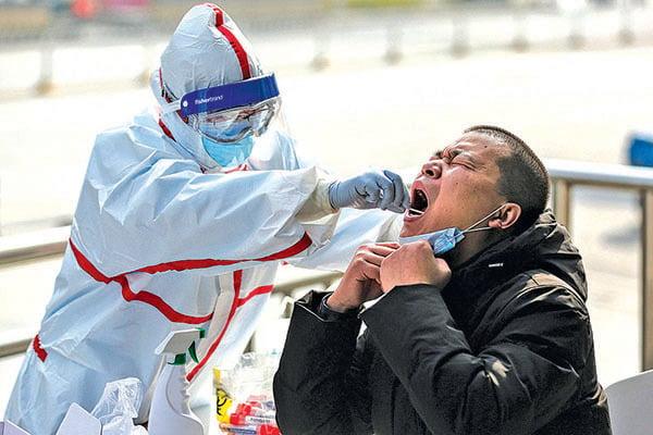 3月5日,湖北武漢醫護人員在一個居民區進行病毒檢測。(Getty Images)