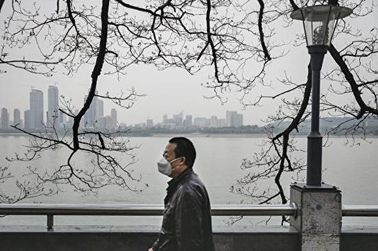 圖為2020年4月21日疫情籠罩下的武漢長江沿岸。(Getty Images)