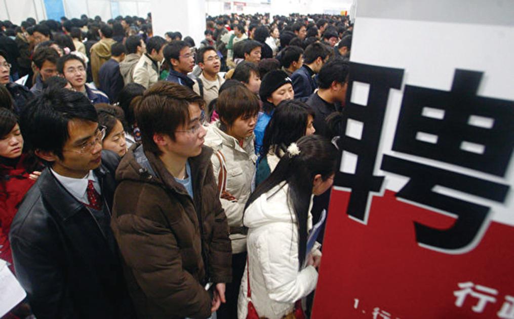 圖為中國的一個就業招聘會上,現場擠滿了應聘者。(大紀元資料室)