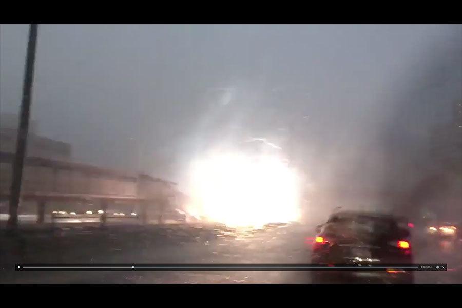上周日晚,芝加哥在雷暴肆虐下,一處地鐵站被雷電擊中,屋頂掉落,交通一度停擺。(視像截圖)