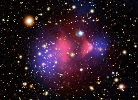 此圖片為2006年8月21日美國太空總署(NASA)發布:兩個大的星系團碰撞,暗物質和正常物質被分開,證實暗物質存在。科學家指出,暗能量是造成宇宙天體劇變的主要原因,暗能量可能和另外空間有關。(NASA)