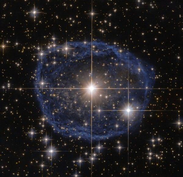 宇宙充滿神奇景象。圖為哈勃太空望遠鏡(Hubble Space Telescope)拍攝的巨大藍色泡沫。(NASA)