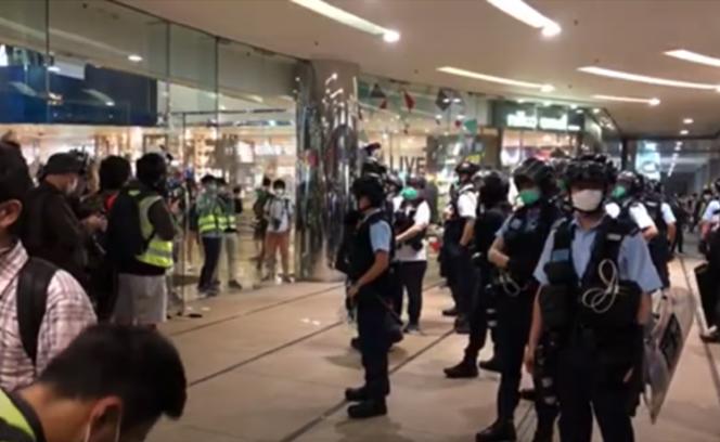 4月26日傍晚,數百名港人在「太古城中心」商場舉行「和你唱」活動,遭港警強行驅散,雙方發生衝突。(大紀元/新唐人直播截圖)