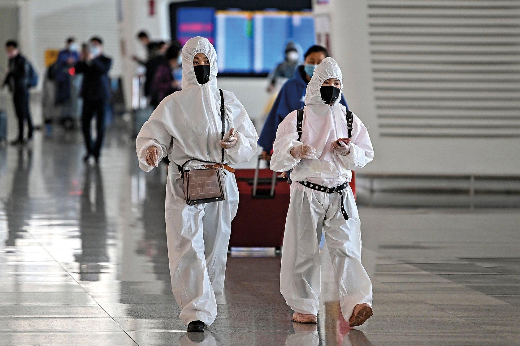 2020年4月8日,武漢解封首日,武漢天河機場內準備搭機的旅客全副武裝。(Getty Images)