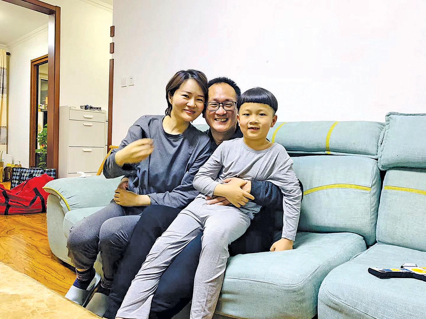 王全璋回到北京家中,擁抱妻兒。(取自李文足推特)
